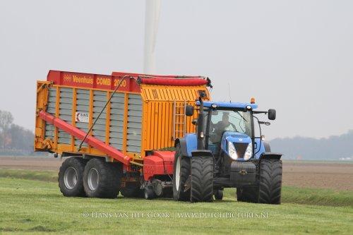 New Holland T 7030 van loonbedrijf Bunte in het gras bij Biddinghuizen.  VIDEO: https://www.youtube.com/watch?v=zhcR_JEONkY