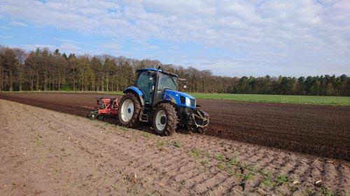 Vanmorgen laatste stuk grond geploegd. Geplaatst door jjtwente op 24-04-2017 om 21:52:09, op TractorFan.nl - de nummer 1 tractor foto website.