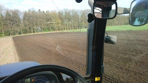 Vanmorgen laatste stuk grond geploegd. Geplaatst door jjtwente op 24-04-2017 om 21:52:11, op TractorFan.nl - de nummer 1 tractor foto website.
