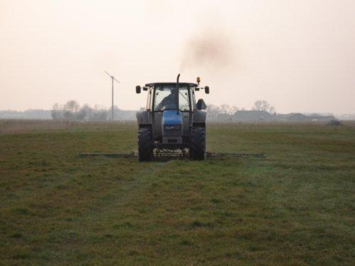 Foto van een New Holland 5635, bezig met ploegen / eggen.. Geplaatst door eelko op 12-04-2008 om 17:46:01, met 3 reacties.