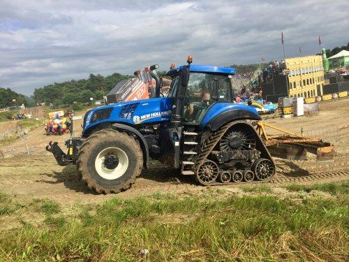 Foto van een New Holland T 8.435, op de zwarte cross. Geplaatst door sjoerd090 op 29-07-2017 om 00:10:31, op TractorFan.nl - de nummer 1 tractor foto website.