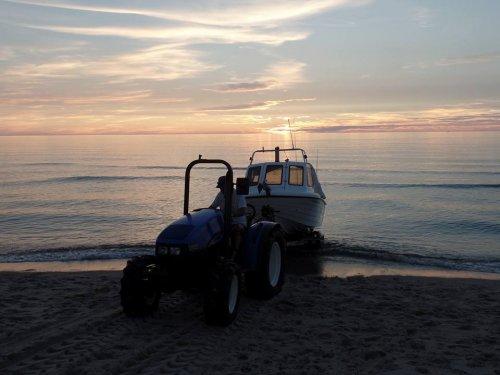 Foto van een New Holland TCE 50 op het strand. Geplaatst door Andre@djms.eu op 05-09-2017 om 20:32:42, op TractorFan.nl - de nummer 1 tractor foto website.