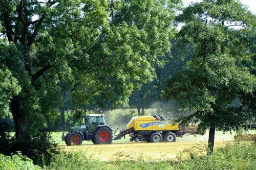 Hier zie je S. Wissink (De Heurne) × met een New Holland BB 9070.. Geplaatst door Weidevogel op 17-09-2017 om 14:26:51, op TractorFan.nl - de nummer 1 tractor foto website.