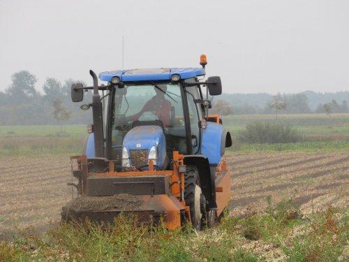 Foto van een New Holland T 6020. Geplaatst door jans-eising op 12-10-2017 om 19:49:48, op TractorFan.nl - de nummer 1 tractor foto website.