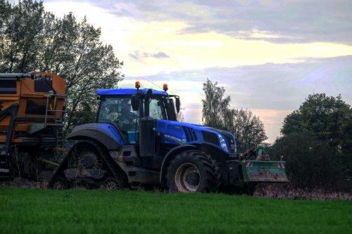 Van Oeckel met een New Holland T8.435 en Dezeure hooglosser. Geplaatst door jd7920 op 01-11-2017 om 11:06:33, op TractorFan.nl - de nummer 1 tractor foto website.