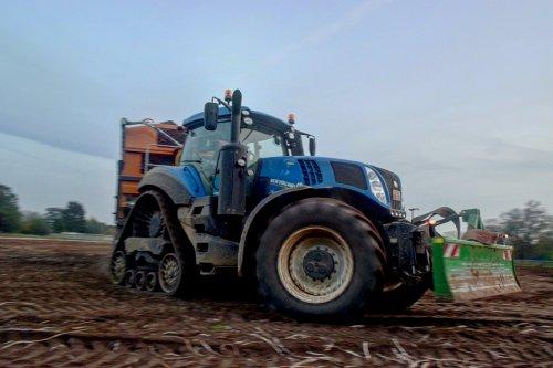 Van Oeckel met de T8.435. Geplaatst door jd7920 op 02-11-2017 om 18:37:13, op TractorFan.nl - de nummer 1 tractor foto website.