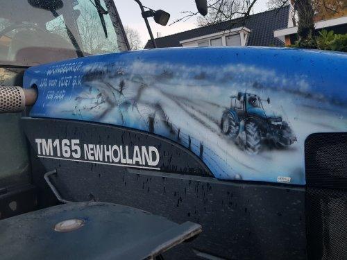 Foto van een New Holland TM 165 Van loonbedrijf van vliet uit ter aar. Trekker gaat inmiddels denk over de 20.000 uur. Gespot bij mij in t dorp