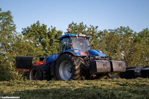 De New Holland T 7.220 van Schoorl Agrarisch Loonwerk op de bult. Geplaatst door LandbouwLeistra op 11-02-2018 om 16:54:52, op TractorFan.nl - de nummer 1 tractor foto website.