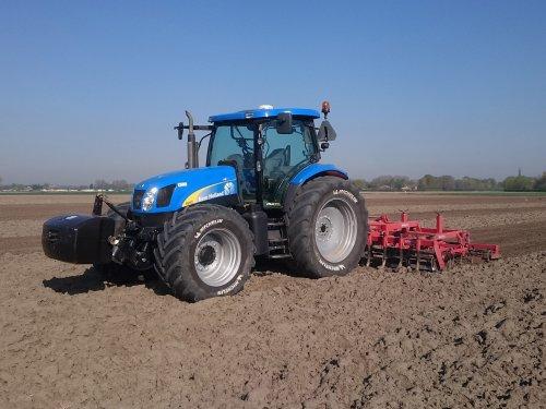 Afgelopen vrijdag bietenland klaargelegd met de maxisprint. Grond was nog niks te droog daarom.. Geplaatst door Zeemees op 22-04-2018 om 14:36:26, op TractorFan.nl - de nummer 1 tractor foto website.