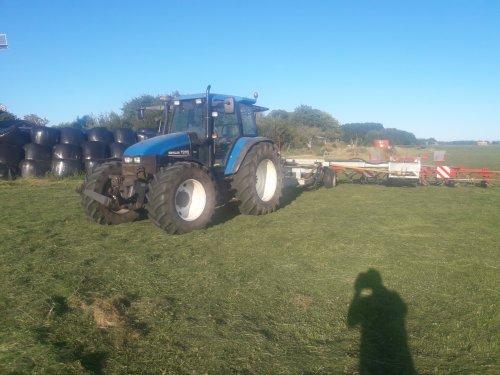 Foto van een New Holland TS met Mulder werktuigdrager en 2 lely 6.75 schudders. Geplaatst door Sinnema op 14-07-2018 om 20:33:18, op TractorFan.nl - de nummer 1 tractor foto website.