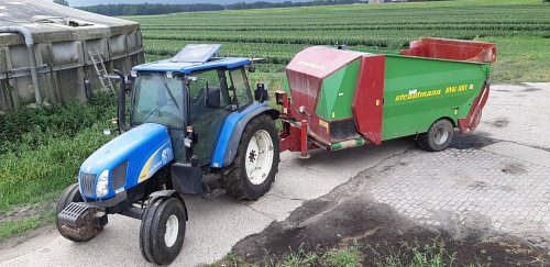 De tl met de voerwagen. Geplaatst door fan van trekkers op 31-07-2018 om 10:56:35, op TractorFan.nl - de nummer 1 tractor foto website.