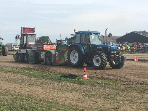 Foto van een New Holland 8340 bezig met tractorpulling in Meeuwen.. Geplaatst door redgiant op 10-09-2018 om 19:30:23, op TractorFan.nl - de nummer 1 tractor foto website.