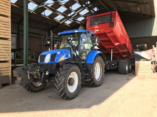 Foto van een New Holland T 6040 Elite. Nu een week of 3 nieuw in bedrijf bij ons. Loopt er mooi voor. Luxe trekker wel