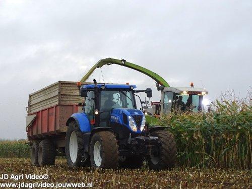 Foto van een New Holland T 7.210, loonbedrijf Weiman uit ommeren aan het mais hakselen. ZIE OOK DE VIDEO  https://www.youtube.com/watch?v=tgFUtmaa9OM