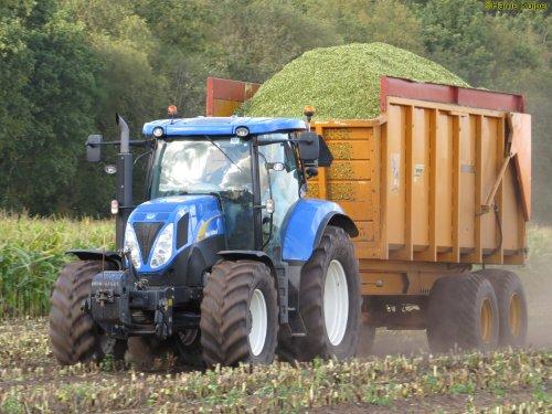 Op deze foto is Loonbedrijf Zinger Beilen (Beilen) × actief met een New Holland T 6030.. Geplaatst door oldtimergek op 12-10-2018 om 00:13:46, op TractorFan.nl - de nummer 1 tractor foto website.