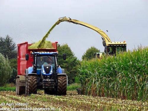 Foto van een New Holland T 7.225 Loonbedrijf van Es uit Rossum aan het mais hakselen. ZIE OOK DE VIDEO  https://youtu.be/Pj_QTobbj24