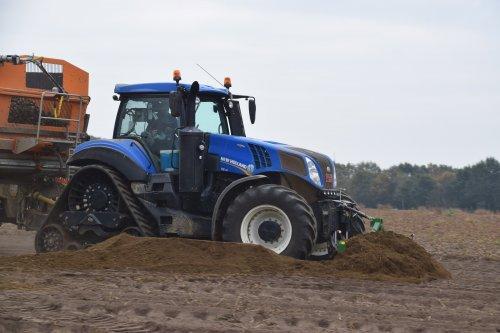 Akkerbouwer Van Oeckel met hun New Holland T 8.435. Geplaatst door jd7920 op 08-11-2018 om 01:07:37, op TractorFan.nl - de nummer 1 tractor foto website.