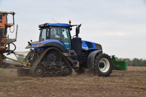 Akkerbouwer Van Oeckel met hun New Holland T 8.435. Geplaatst door jd7920 op 08-11-2018 om 01:07:38, op TractorFan.nl - de nummer 1 tractor foto website.