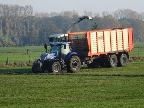 Bosch Loonbedrijf Grondverzet en Verticaaltransport (Hengelo gld) × op de foto met een New Holland T 7-serie.