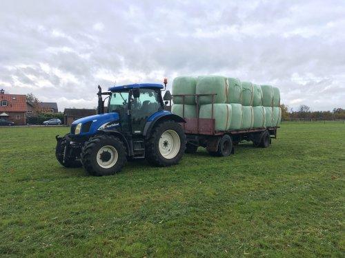 Dit jaar zijn zelfs de herfstgras balen goed te vervoeren. Geplaatst door Loonwerker_Erwin op 11-11-2018 om 12:59:27, op TractorFan.nl - de nummer 1 tractor foto website.