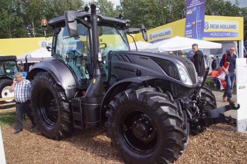 Foto van een New Holland T 6.175. Geplaatst door jans-eising op 22-11-2018 om 20:17:19, op TractorFan.nl - de nummer 1 tractor foto website.
