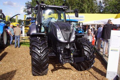Foto van een New Holland T 6.175. Geplaatst door jans-eising op 23-11-2018 om 18:34:45, op TractorFan.nl - de nummer 1 tractor foto website.