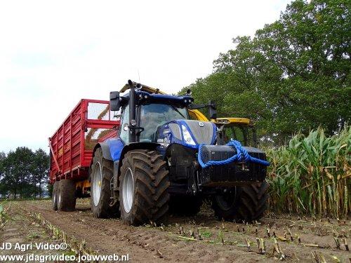 Foto van een New Holland T 7.230, Loonbedrijf Korenberg uit Oosterwolde en Rozeboom uit t'Harde aan het het  mais hakselen. ZIE OOK DE VIDEO  https://youtu.be/zti75zRrieQ