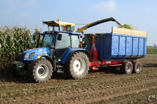 Foto van een New Holland TL 90 A. Geplaatst door janssens op 19-01-2019 om 19:39:28, op TractorFan.nl - de nummer 1 tractor foto website.