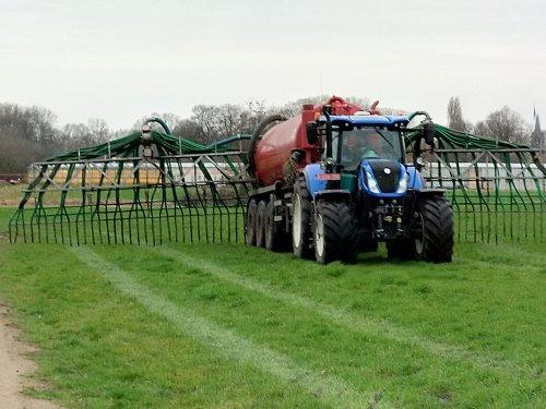 Loon en grondwerken Ooms uit Brecht met hun New Holland T 7.270 en Ipsam 3-asser sleepslangen. Geplaatst door XC 70 op 06-03-2019 om 16:26:13, op TractorFan.nl - de nummer 1 tractor foto website.