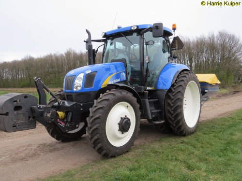 Foto van een New Holland T 6020. Geplaatst door oldtimergek op 04-04-2019 om 06:40:57, op TractorFan.nl - de nummer 1 tractor foto website.