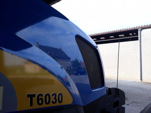 Foto van een New Holland T 6030 Plus bezig met wachten tot ie weer op pad kan. Geplaatst door O N op 06-04-2019 om 20:23:51, op TractorFan.nl - de nummer 1 tractor foto website.