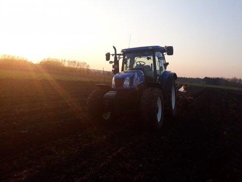 Foto van een New Holland T 6030 Plus de eerste Ha ploegen  voor dit jaar. Geplaatst door O N op 06-04-2019 om 20:23:54, op TractorFan.nl - de nummer 1 tractor foto website.