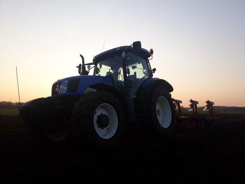 Foto van een New Holland T 6030 Plus de eerste Ha ploegen  voor dit jaar. Geplaatst door O N op 06-04-2019 om 20:23:55, op TractorFan.nl - de nummer 1 tractor foto website.