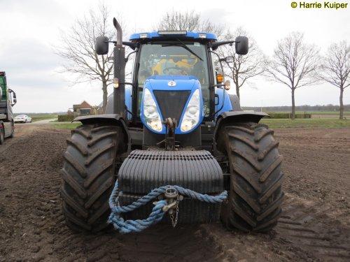 Weco De Hondsrug U.a (Borger) × op de foto met een New Holland T 7070.. Geplaatst door oldtimergek op 07-04-2019 om 00:47:59, op TractorFan.nl - de nummer 1 tractor foto website.