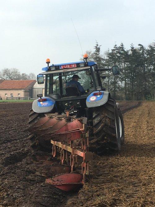 Foto van een New Holland TM 165 met Steeno 4 schaar. Geplaatst door RVanhessche op 08-04-2019 om 23:30:08, op TractorFan.nl - de nummer 1 tractor foto website.