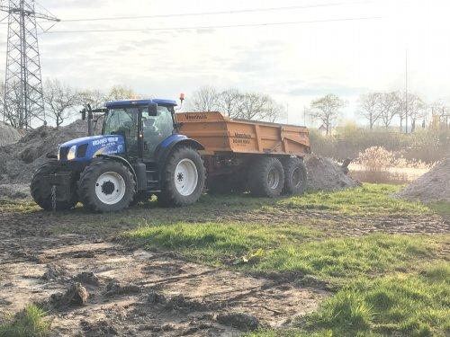 Foto van een New Holland TS 115 A van Brouwer Wenum (Wenum) ×. Bezig met dumperen.. Geplaatst door Jorrick 1455XL op 13-04-2019 om 12:42:45, op TractorFan.nl - de nummer 1 tractor foto website.