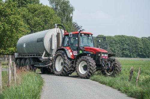 Dapper in deze tijden, maar pakweg tien jaar geleden waren combinaties als deze dagelijkse kost ...  New Holland TM 155 met Dezeure 25m³ Loonbedrijf De Bollissen - Peer (B)