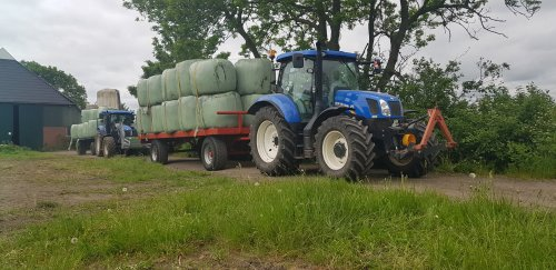 Hier zie je VOF A.J & I van den Bergh (Garmerwolde) met een New Holland T 6.140 en New Holland T6010 pakken rijden