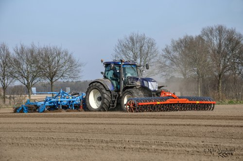 Alweer 5 jaar geleden, maar dit blijft één van de stoerste blauwe combinaties!  New Holland T 7070 MTS Roost - Hunsel (NL)