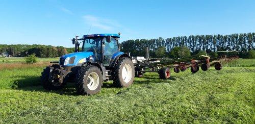 Foto van een new holland TS 135a met een claas liner 3500. Heb je zo wat hectares mee klaar. Geplaatst door fendtjecis op 04-06-2019 om 22:42:06, met 7 reacties.