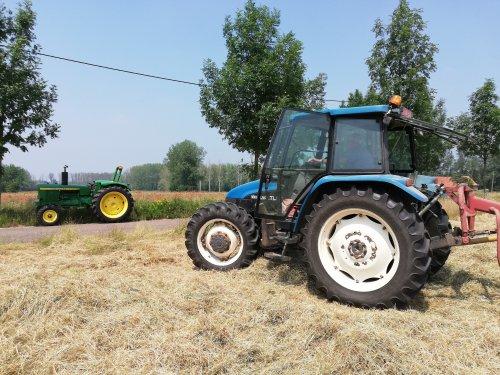 Foto van een New Holland TL 90 van men neef en een John Deere 2120 van mij. Geplaatst door erik9831 op 26-06-2019 om 16:22:57, op TractorFan.nl - de nummer 1 tractor foto website.
