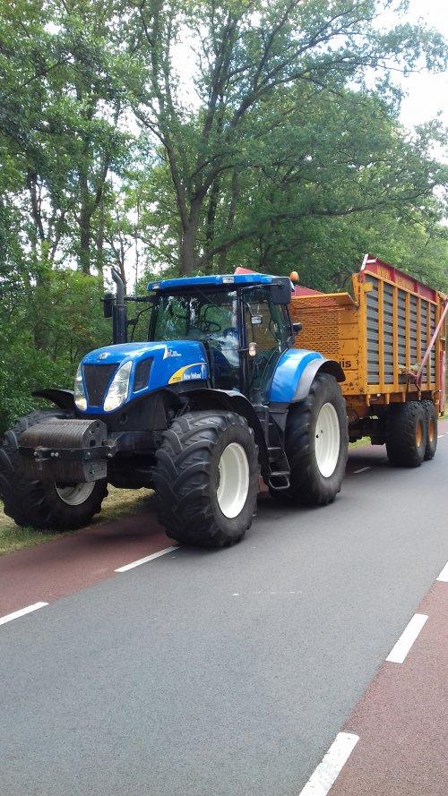 Foto van een New Holland T 7030. Geplaatst door rogier311 op 18-07-2019 om 09:56:39, met 2 reacties.