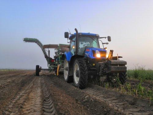 Foto van een New Holland T6.160 bezig met bollen rooien in de vroege morgen.. Geplaatst door inter fan op 25-07-2019 om 22:12:43, op TractorFan.nl - de nummer 1 tractor foto website.