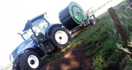 Foto van een New Holland T 6.125 bezig met haspel verzetten.. Geplaatst door NewHollandT6010 op 05-08-2019 om 12:58:26, op TractorFan.nl - de nummer 1 tractor foto website.