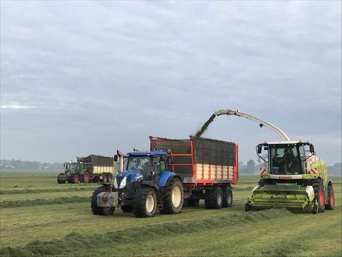 Foto van een New Holland T 7.210, Fendt 720 en Claas Jaguar 940 bezig met gras hakselen om wat grasbrok te maken.