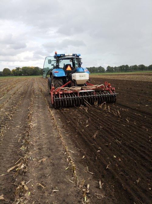 Foto van een New Holland T 6020 met een schijveneg de groenbemester zaaien. Geplaatst door dx3.10 op 28-09-2019 om 18:05:27, op TractorFan.nl - de nummer 1 tractor foto website.