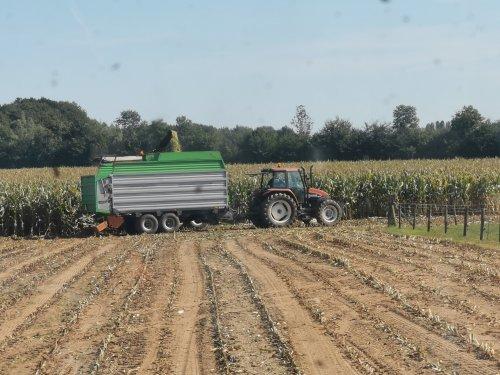 Foto van een New Holland TS 100. Geplaatst door joostmc-cormick op 01-10-2019 om 16:05:52, op TractorFan.nl - de nummer 1 tractor foto website.