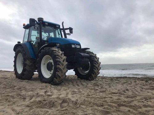 Foto van een Ts115 op de terug weg vanaf de agractie over strand van scheveningen naar wassenaar. Geplaatst door newholland- op 02-10-2019 om 08:31:27, op TractorFan.nl - de nummer 1 tractor foto website.
