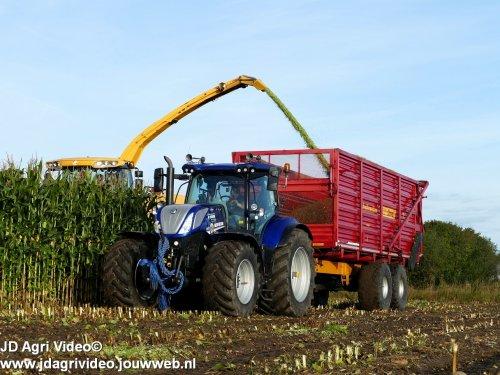 Foto van een New Holland T 7.230 van loonbedrijf Rozeboom uit 't Harde, Loonbedrijf Korenberg uit Oosterwolde aan het mais hakselen voor Jan Bakker. ZIE OOK DE VIDEO   https://youtu.be/yTjAqaQYk3M