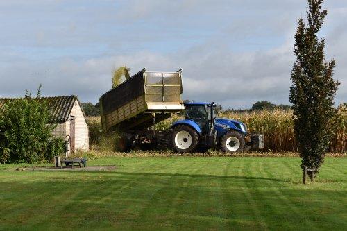 Foto van een New Holland T 6.160. Geplaatst door jordi 1455 op 14-10-2019 om 20:53:15, op TractorFan.nl - de nummer 1 tractor foto website.